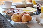 Nahaufnahme von Brötchen am Frühstückstisch