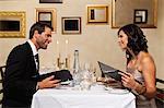 Paar Prüfung Menüs im restaurant