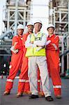 Travailleurs à la raffinerie de pétrole