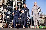 Travailleurs à pied à la raffinerie de pétrole