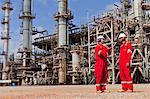 Arbeitnehmer im Gespräch bei Öl-Raffinerie