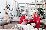 Arbeitnehmer im Gespräch bei Chemieanlage