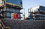 Travailleurs parlant à l'usine de produits chimiques