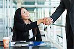 Gens d'affaires serrant la main dans le cafe