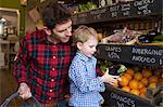 Père et fils, acheter des produits en magasin