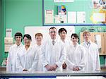 Professeur de chimie et d'étudiants en laboratoire