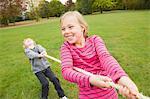 Enfants jouant souque à la corde à l'extérieur