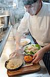 Chef vorbereiten Bleche aus Essen in der Küche