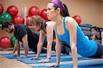 Personnes pratiquant l'yoga en studio
