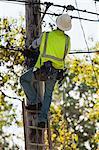 Monteur de lignes s'apprête à installer la connexion par câble à une maison