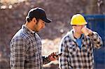 Charpentier en utilisant un téléphone mobile sur chantier