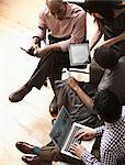 Gens d'affaires à l'aide de la tablette numérique et ordinateur portable, grand angle