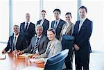 Portrait of smiling Geschäftsleute im Konferenzraum