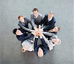 Vogelperspektive Ansicht Porträt von Geschäftsleuten, die Hände im Kreis