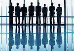 Silhouette der Geschäftsleute in Folge Blick Lobby-Fenster
