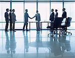 Geschäftsleute Händeschütteln im Konferenzraum