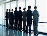 Geschäftsleuten stehen in einer Zeile und Fenster mit Blick