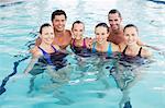 Portrait de sourire les gens dans la piscine