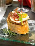 Jambon espagnol, foie gras et sandwichs œuf de caille
