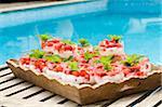 Verrines de fromage blanc aux fraises sur plateau