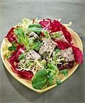 Tofu, noix de pin et salade d'olives