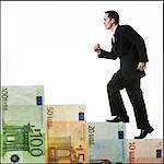 homme d'affaires grimper un escalier d'argent