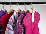 Vêtements d'hiver sur des cintres