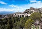 Une vue de la ville environnante et les montagnes de Taormina