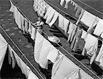 ANNÉES 1950 LESSIVE MÉNAGÈRE HANGING IN BACKYARD