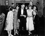 ANNÉES 1920 FILM STILL HOMME & FEMME GROUPE HOMME LIRE UNE LETTRE ENVOYÉE À L'EXPRESSION DE LA PRÉOCCUPATION DE L'INQUIÉTUDE OU DE LA TRISTESSE