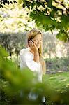 Lächelnde Frau am Handy sprechen