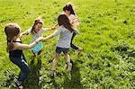 Mädchen spielen im Kreis im freien