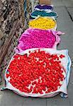 Körbe mit farbigen Bonbons auf Straße