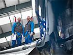 Travailleurs debout sur l'aile de l'avion
