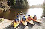 Kayaks alignés au bord du lac