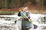 Femmes aviron canoë sur le lac encore