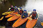 Kayakistes alignés dans le lac encore