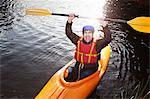 Kayakiste holding rame encore du lac