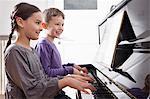 Frère et sœur, jouer du piano
