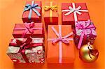 Cadeaux de Noël richement enveloppé