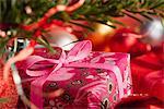 Cadeau de Noël richement enveloppé, recadrée