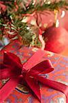 Cadeau de Noël richement enveloppé, gros plan