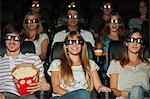 Public portant des lunettes 3D en salle de cinéma