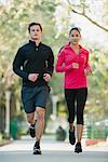 Junges Paar jogging nebeneinander