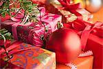 Ornement de Noël reposant sur des cadeaux emballés festive