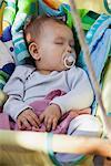 Petite fille de dormir dans le berceau balançoire