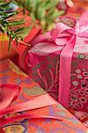 Cadeaux de Noël richement enveloppé, gros plan