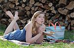 Femme portant sur la prairie et de manger le gâteau