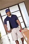 Homme afro-américain avec paquets de livrer