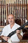 Porträt eines ausgereiften Pistole-Händlers mit Gewehr